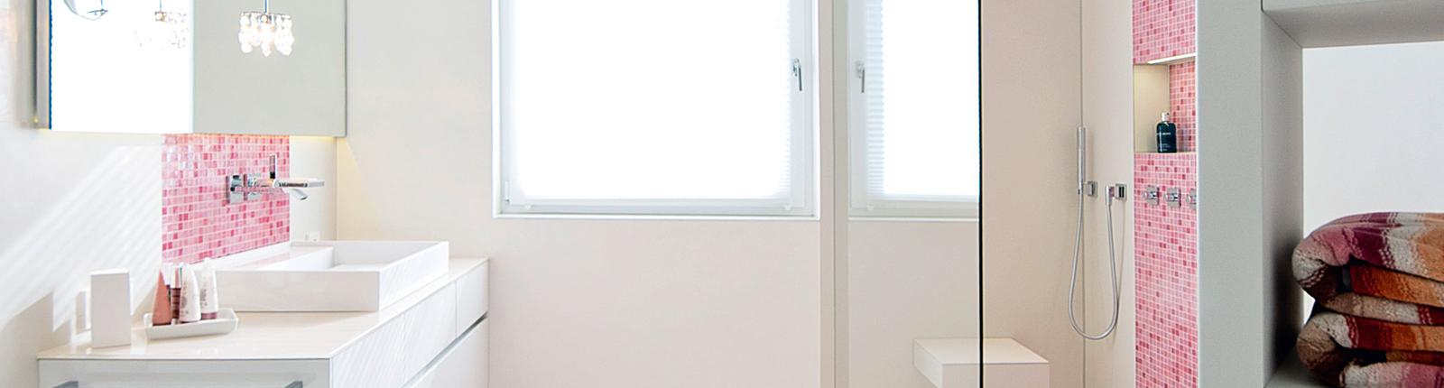 Badezimmer in weiß und rosa | Kreuz | Schnaittach | (Lauf a.d. ...