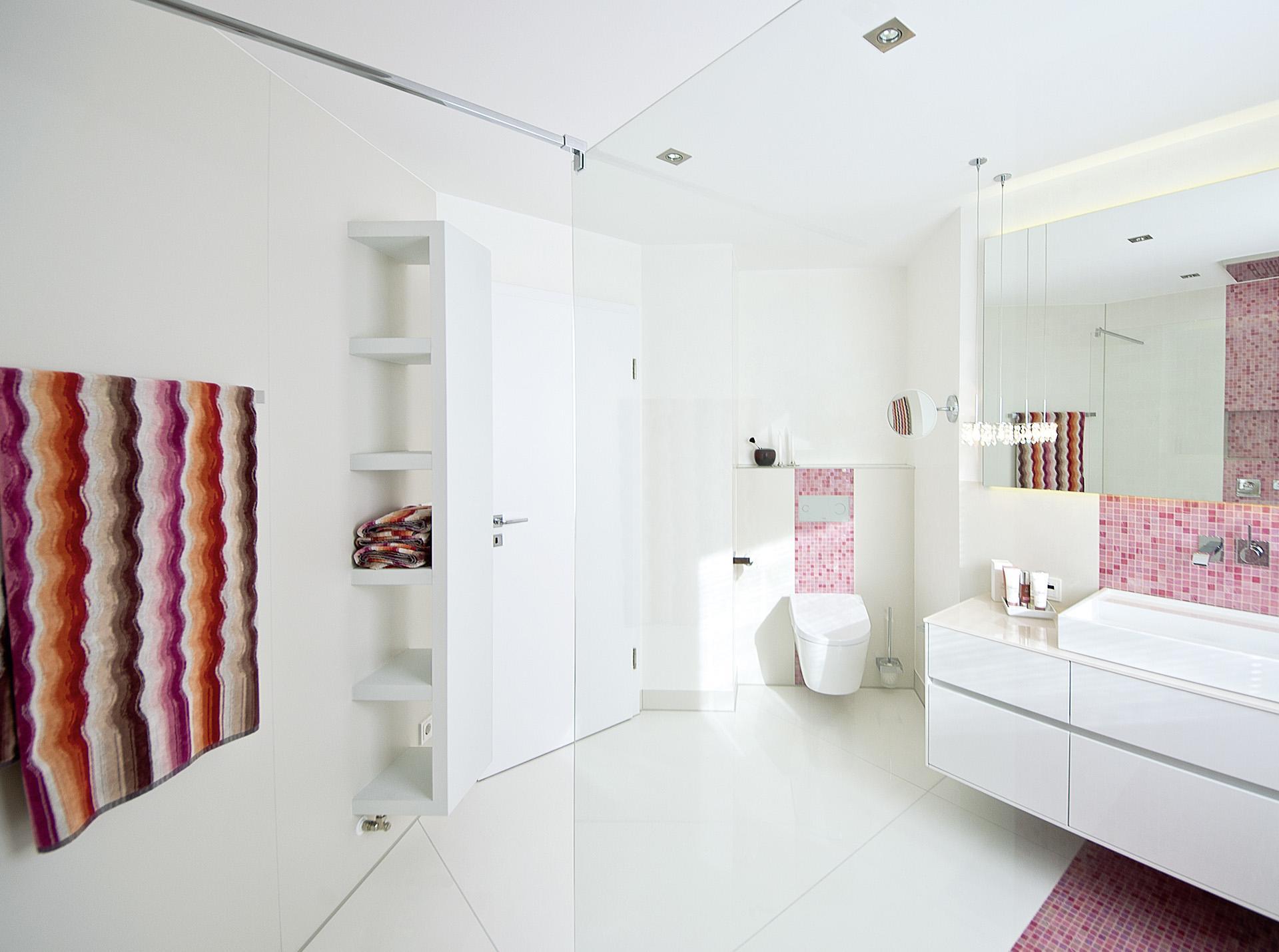 Badezimmer in weiß und rosa  Kreuz  Schnaittach (Nürnberger Land)